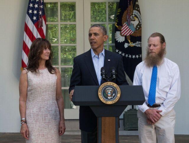 President Barack Obama, flanked by Sergeant Bowe Bergdahl's parents, announcing the prisoner exchange.