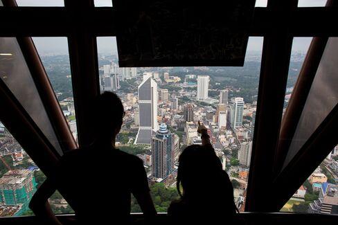 Malaysian Bonds Beat Peers as Najib Aids Ringgit