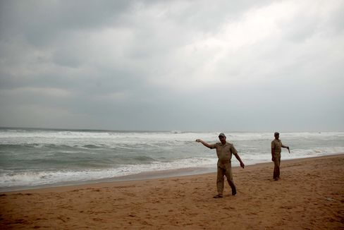 Cyclone Phailin Forces Thousands to Flee Eastern India