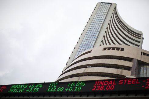 Indian Stocks Drop as Rupee Slumps to Record Low on Fed Outlook