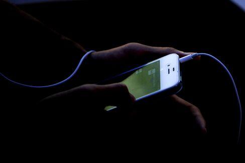 Apple App Advantage Eroded as Google Narrows IPhone Lead