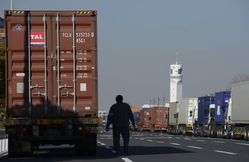Japan February Exports Fall 2.9% With Yen Effect Yet to Kick in