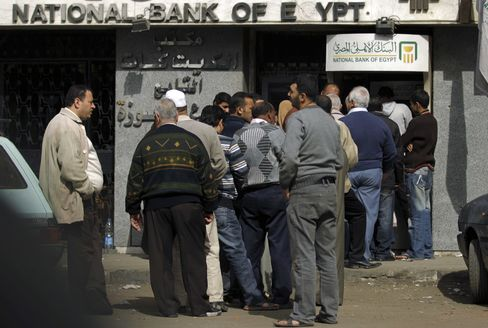 Egyptians Line Up for Cash
