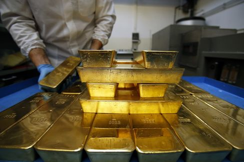 Gold Climbs to Highest This Month on Dollar, Technical Level