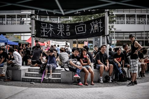 Hong Kong's Leung Cancels APEC Trip as Student Protest Grows