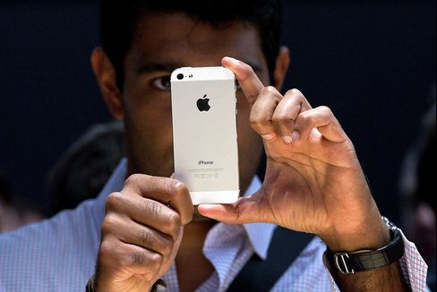 Apple Overtakes Samsung With 34% of U.S. Mobile-Phone Market