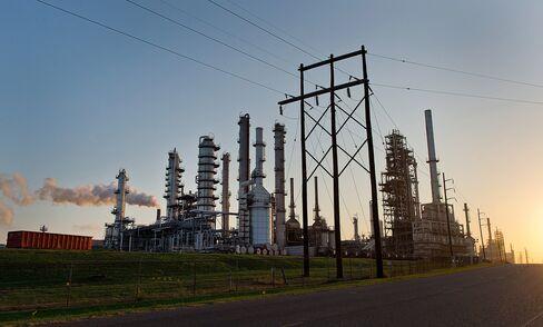 U.S. Gasoline Rises After Longest Losing Streak in 25 Years