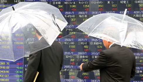 Asian Stocks Drop With Oil, Won on China Property, Fed Minutes