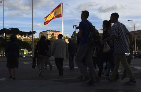 Spain Yields Plunge to 6-Month Low on Moody's Rating Above Junk
