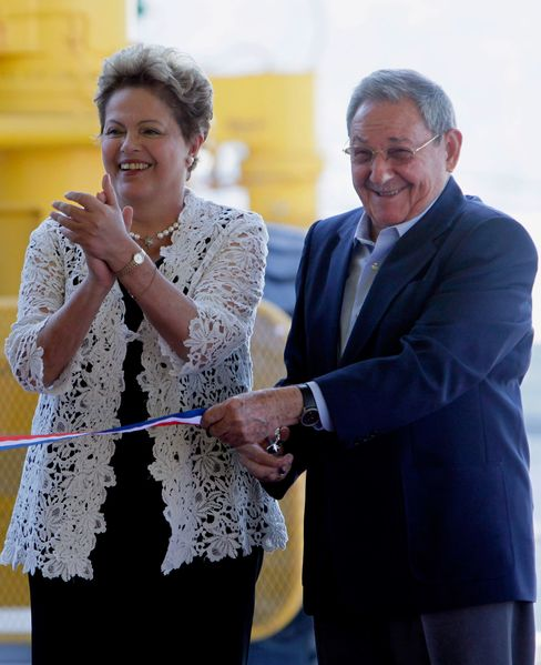 Brazilian President Dilma Rousseff and Cuban President Raul Castro formally open the new port at Mariel.