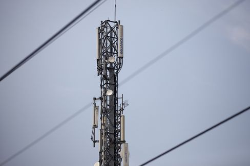 Carlyle, TPG Said in Talks to Buy Reliance Phone Tower Unit