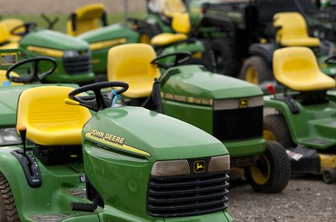 Deere issued $1 billion of 2.6 percent, 10-year notes that yielded 105 basis points more than similar-maturity Treasuries and $1.25 billion of 3.9 percent 30-year bonds with a 130 basis-point spread on June 5, Bloomberg data show. Photographer: Ty