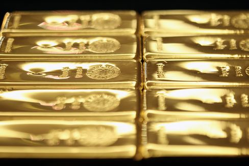 Deutsche Bank Sees Gold Surging to $2,000, Soros Pares Bets