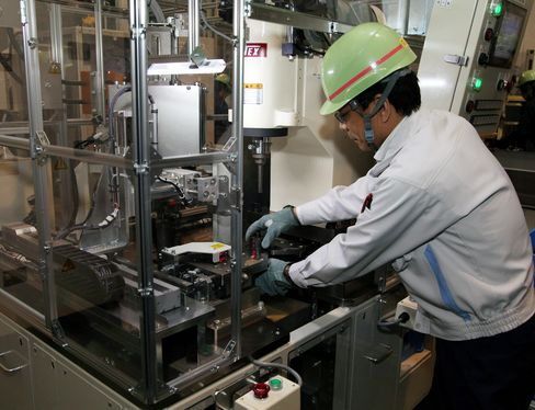 Japan Machine Orders Rose More Than Forecast on Reconstruction