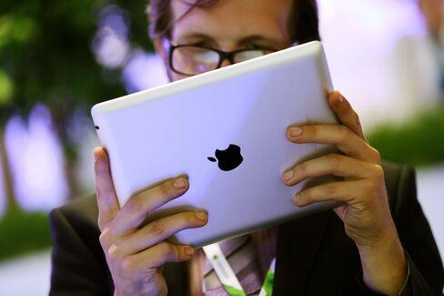Apple Falls Below $400 as Workers Seen Leaving Amid IPhone Slump