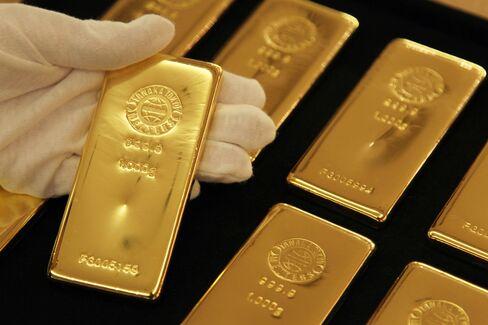 Japan Turns to Net Gold Buyer as Yen Weakens, Inflation Looms