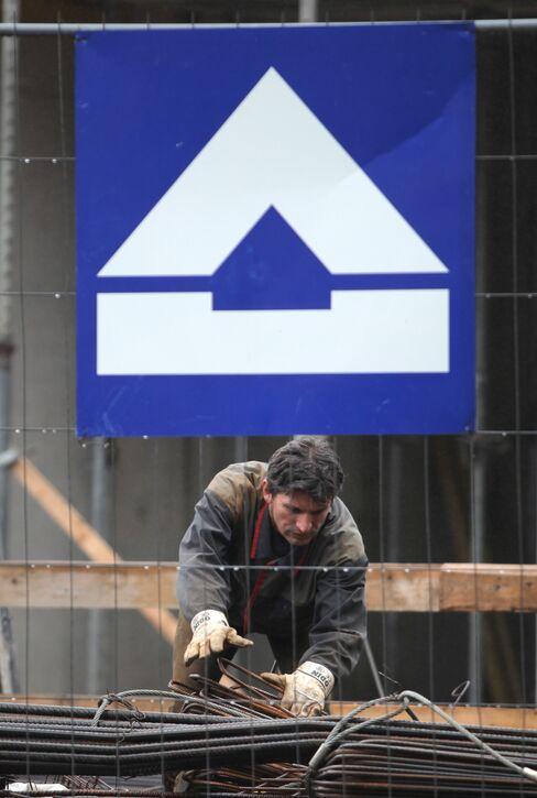 European Stocks Slide; Carmakers, Hochtief Fall