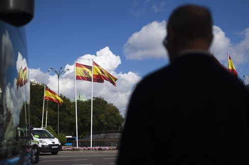 Spain's Economy Shrinks for Fifth Quarter as Rajoy Mulls Bailout
