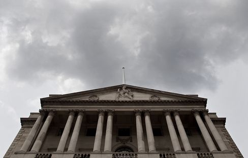 BOE Cuts Growth Forecast, Sees Inflation Below Goal in Two Years