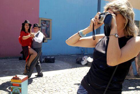 Tourists Grab Bondholder Cash as Reserves Sink: Argentina Credit