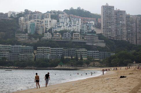 Hong Kong Builders Unload Properties to Raise Cash for Land Rush