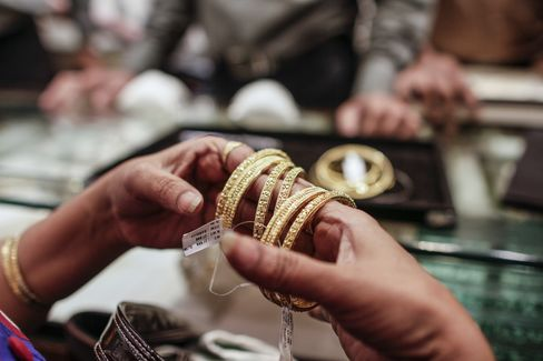 Diamond Jeweler Turns Alleged Smuggler as India Gold Prices Rise