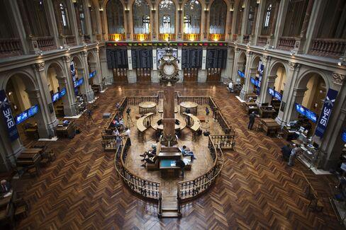 European Stocks Little Changed as Deadline Nears for U.S. Deal
