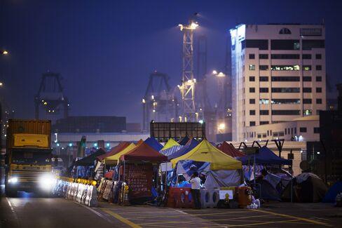 Hong Kong Invites Li's Dockers for Talks to End Port Strike