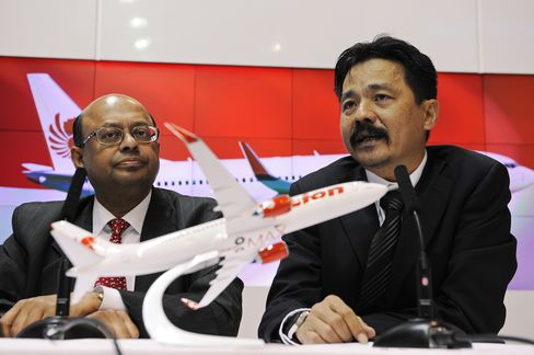 Boeing Signs Record Order From Lion Air for 737 Airplanes