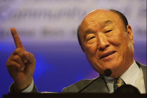 Reverend Sun Myung Moon speaks during an event in Washington on April 16, 2001. The Associated Press reported on Monday Sept. 3, 2012 that Moon died in Seoul. He was 92. Photographer: Alex Wong/Newsmakers