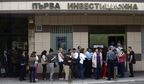 Bulgaria Dented as Bonds Slide on Bank Runs