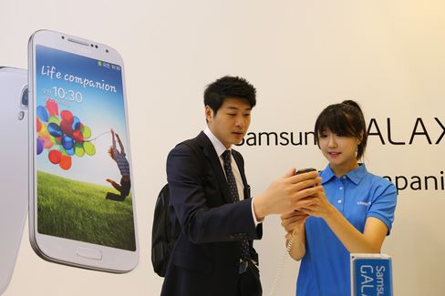 Samsung Starts Galaxy S4 Sales in Latest Challenge to Apple