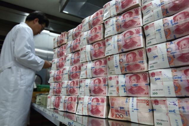 The renminbi is now allowed to trade as much as 2 percent on either side of a reference rate set by the People's Bank of China.Photographer: SeongJoon Cho/Bloomberg
