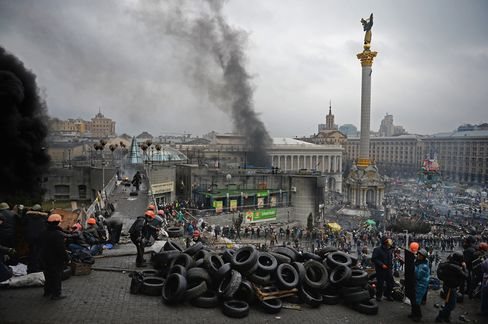 Anti-Government Protesters Clash with Police in Kiev