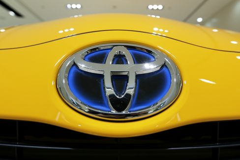 Toyota Outsold by GM Underlines Long-Term Demand Slump in Japan
