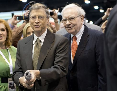 Berkshire Hathaway Inc. Chairman Warren Buffett, right, and Microsoft Corp. Founder Bill Gates participate in a newspaper toss on the exhibition floor prior to the start of the Berkshire shareholders meeting in Omaha, Nebraska, on May 4, 2013. Photographer: Daniel Acker/Bloomberg