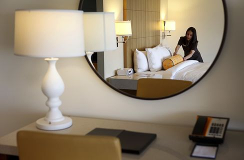 Hotel Hiring Rebounds as Fed Says U.S. Tourism Recovering