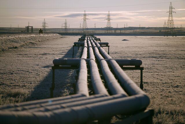 Pipelines in front of electricity pylons near OAO Gazprom's Bovanenkovo deposit, a natural gas field on the Yamal Peninsula in Russia.Photographer: Alexander Zemlianichenko Jr./Bloomberg