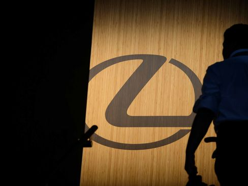 Lexus Presses on With No-Haggle Pricing as Dealers Push Back | Bloomberg