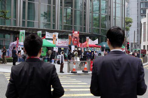 Striking Hong Kong Port Workers Cut Wage Demands as Talks Stall