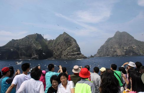 S. Korea Lawmakers Head to Disputed Islands in Defiance of Japan
