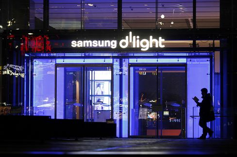 Samsung Boosts Profit 76% Selling Phones to Users Apple Misses