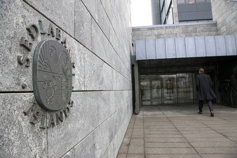Currency Interventions Help Iceland Keep Rates Unchanged