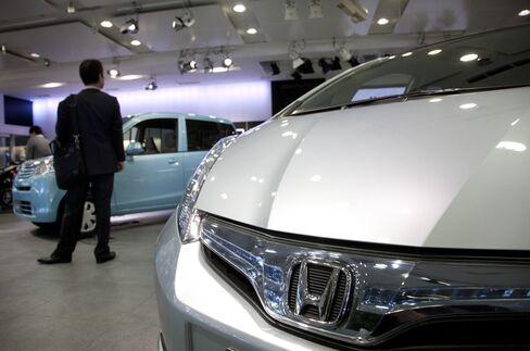 Japan Industrial Output Decline Bolsters BOJ Case for Easing