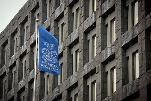Riksbank Keeps Rate at 1% as Krona Slump Helps Price Target