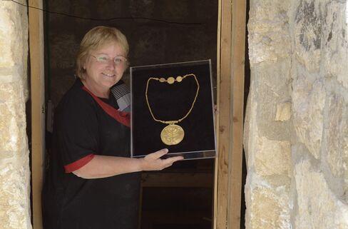 Eilat Mazar and Gold Medallion