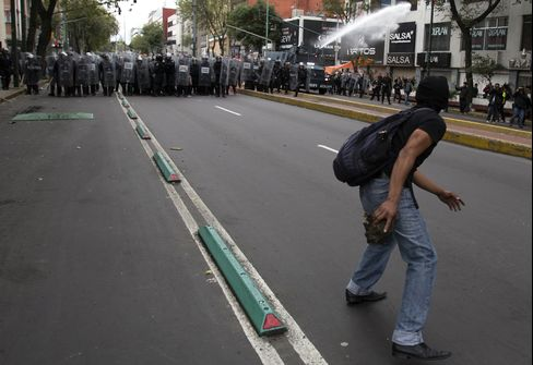 Mexico Police Arrest 31 in Violent Protests on Eve of Ceremony