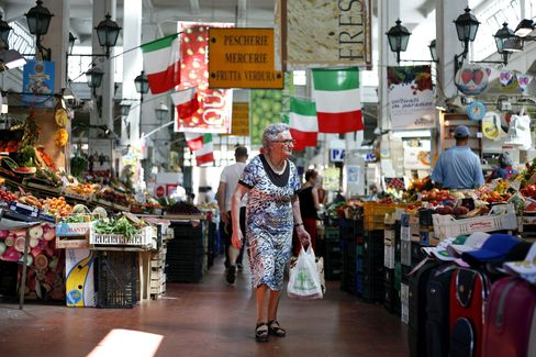 Euro Remains Lower Before Italy's Debt Sales, Confidence Report