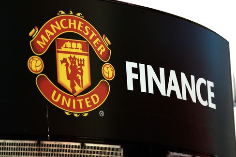 The Manchester United soccer club badge is displayed outside the Old Trafford stadium in Manchester, U.K. Photographer: Paul Thomas/Bloomberg
