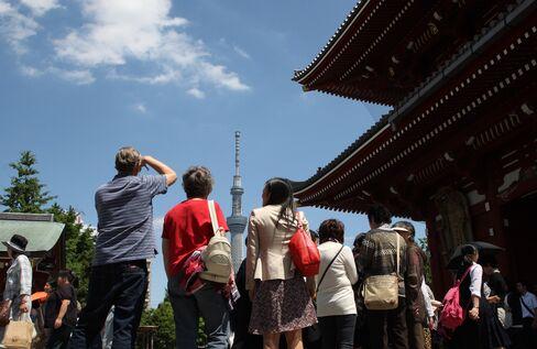 Thais Flock to Japan as Weak Yen Means Bargains